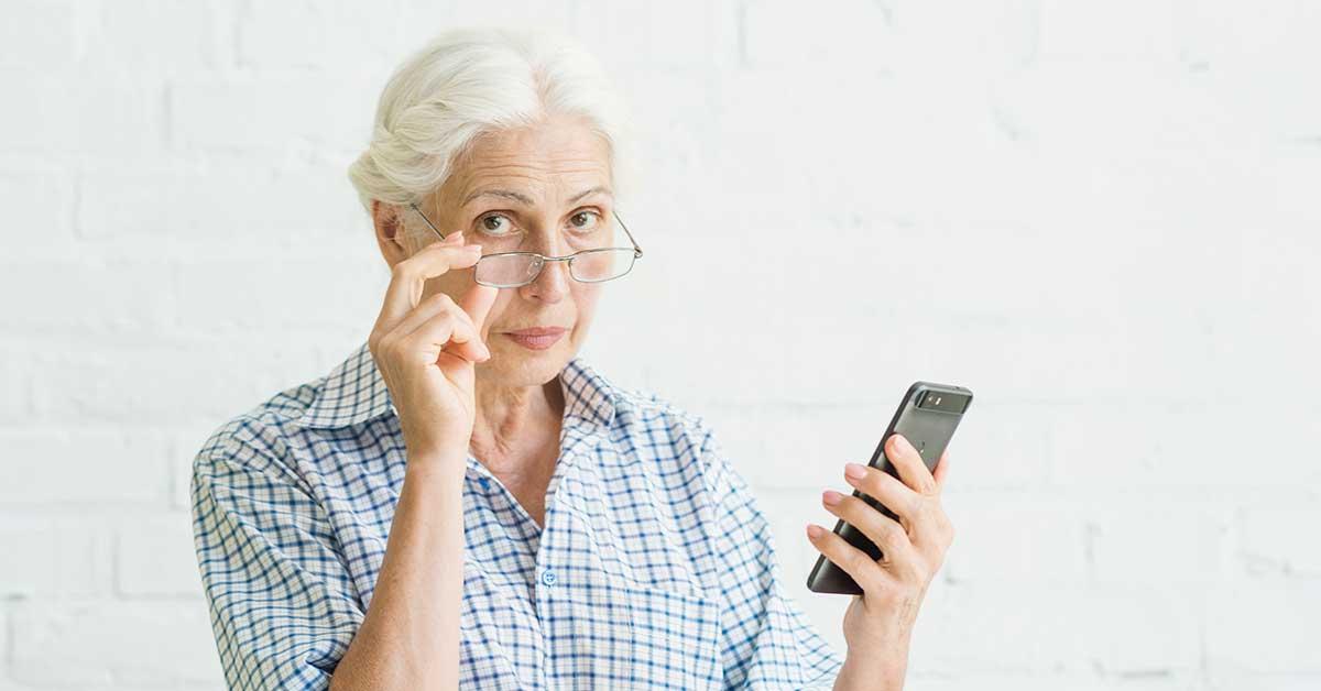 idosa questionando ligação de banco para emprestimo
